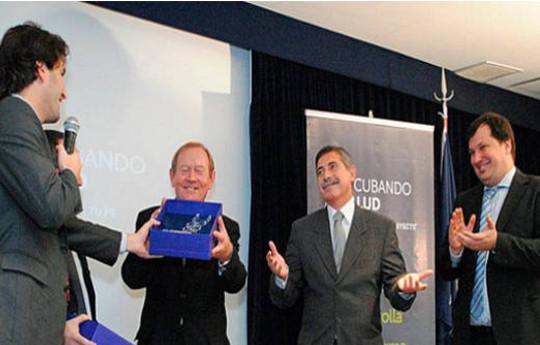 Recibiendo-Premio-Incubando-Salud-600x334